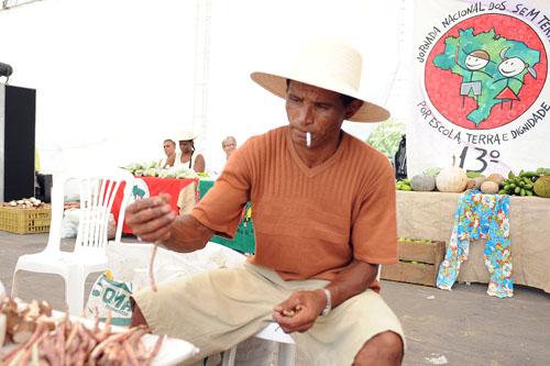 """Crédito: Samuel Tosta. """"A feira foi uma ótima oportunidade para ter contato com colegas de outros acampamentos e assentamentos. Os visitantes só de olhar já podem conhecer nosso trabalho"""", disse Francisco Nilzo (Ceará), que vive no acampamento 17 de Abril, em Campos dos Goytacazes"""