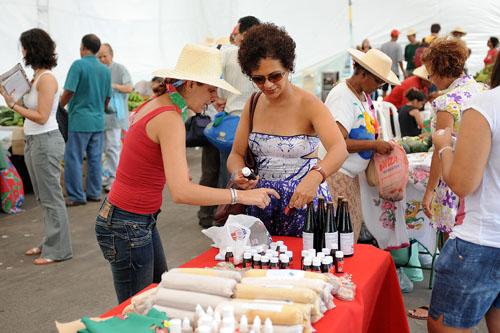 Crédito: Samuel Tosta. A pernambucana Rosineide Gonçalves comprou xarope feito no acampamento assentamento Terra Prometida, na Baixada Fluminense