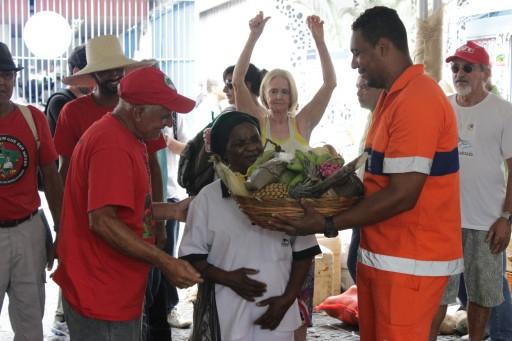 No final da VI Feira Estadual da Reforma Agrária Cícero Guedes, o simbolismo da união entre trabahadoras e trabalhadores do campo e da cidade. Foto: Rafael Daguerre