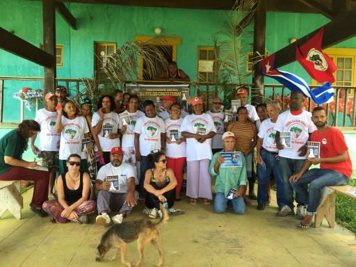 Assentados do Osvaldo de Oliveira exibem diploma de alfabetização