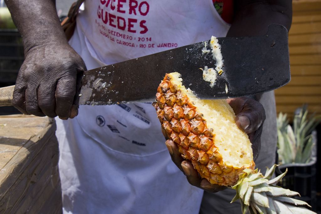 Seu Jessé cortando abacaxi durante Feira da Reforma Agraria Cícero Guedes, Largo da Carioca, RJ, 10/12/2014