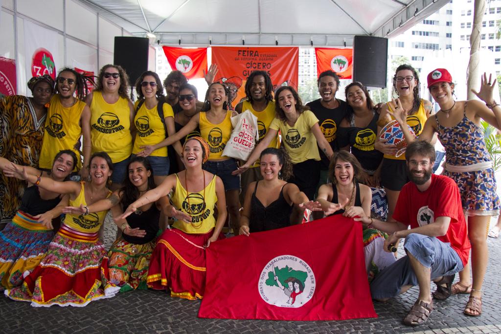Apresentação do grupo Maracutaia durante Feira da Reforma Agrária Cícero Guedes, Largo da Carioca, RJ, 10/12/2014