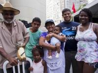 Família reunida durante Feira da Reforma Agraria Cícero Guedes, Largo da Carioca, RJ, 10/12/2014